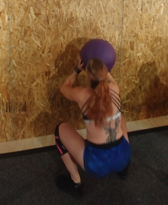 CrossFit Babe doing wall balls in CrossFit Open 19.1