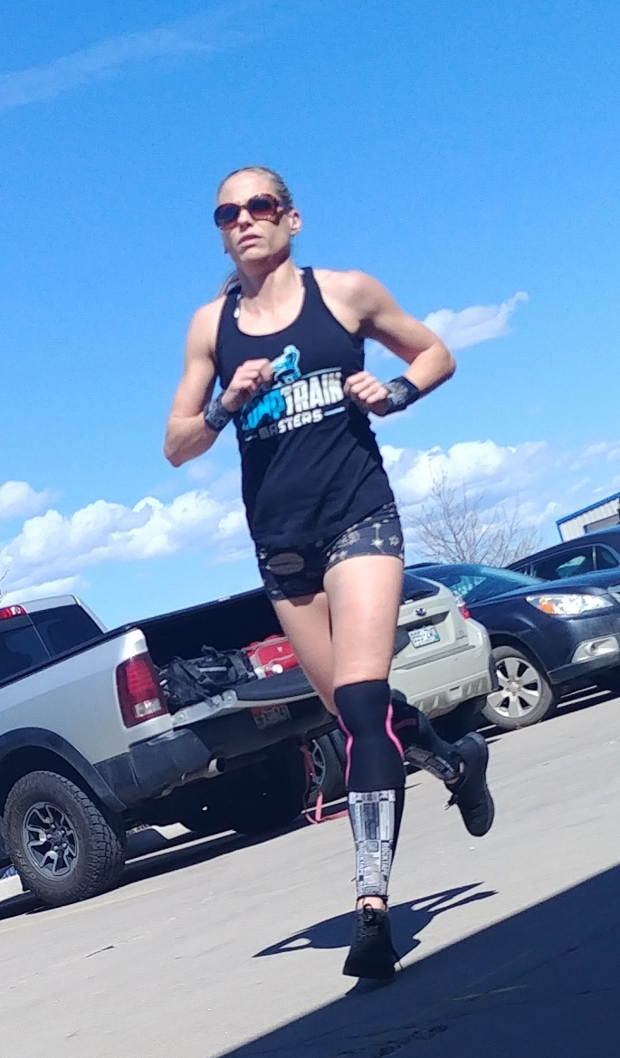 hot crossfit chick running in crossfit competition in co springs